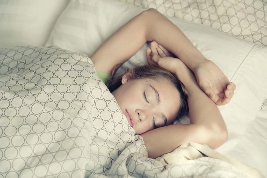 झोपण्यापूर्वी फार मसालेदार आणि हेवी जेवण जेवू नका. रात्री भरपेट जेवल्यास ब्लड शुगर आणि इन्सुलिनमध्ये वाढ होते. ब्लड शुगर आणि इन्सुलिन वाढलं तर पर्यायाने वजनही वाढतं. यामुळे पचनक्रियेवरच परिणाम होतो असं नाही तर झोपेच्या गुणवत्तेवरही परिणाम होतो. रात्री भरपेट जेवल्याने लठ्ठपणा आणि कार्डियोमेटाबोलिकसारख्या आजारांचा धोका वाढतो.