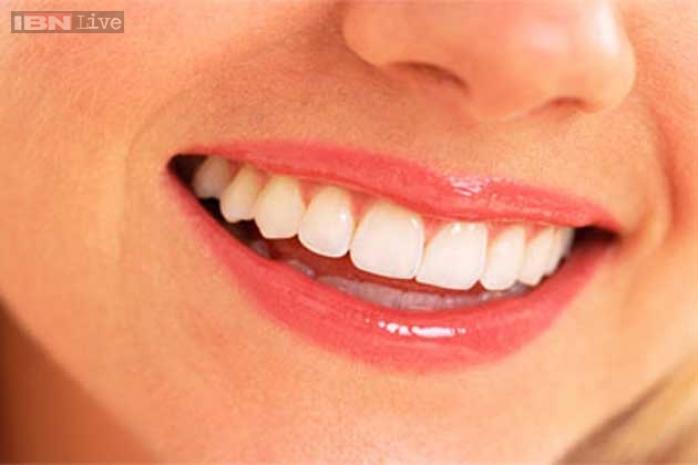 लवंग- लवंगामध्ये औषधी गुण असतात. ज्यामुळे जंतू आणि इतर जीवाणू नष्ट होतात. लवंग दुखणाऱ्या दाताजवळ पकडा. त्यामुळे दाताचे दुखणे कमी होते. परंतु दुखण कमी होण्यासाठी वेळ लागतो.
