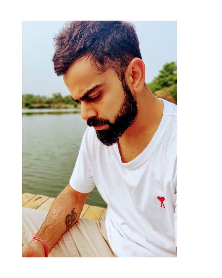 विराट कोहलीच्या पांढऱ्या टी-शर्टवर लाल रंगाने A लिहिलं आहे. या अक्षराच्या सुरुवातीला हृदयाचं चिन्ह तयार केलं आहे. यावरुनच विराटचं त्याच्या बायकोवर किती प्रेम आहे हे स्पष्ट दिसतं.