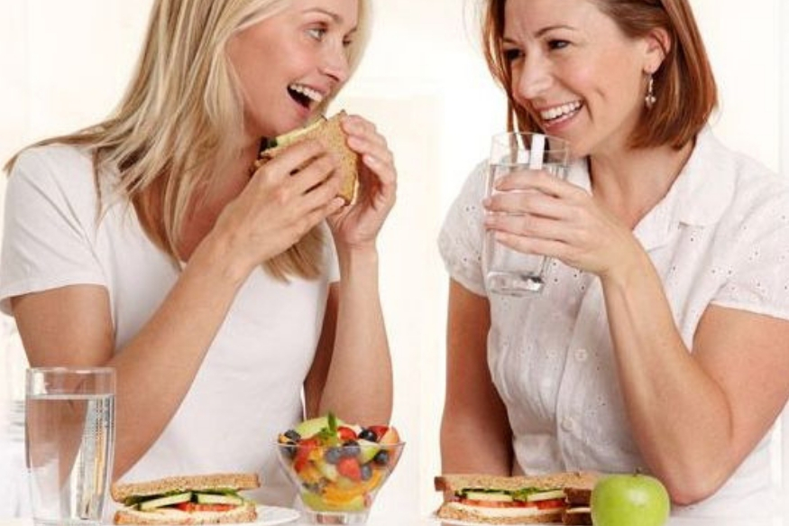 बुफेमध्ये सारखं सारखं जाऊन जेवण घेण्यापेक्षा एकदाच काय ते जास्त ताटात वाढून घेतात. काही वेळा आपण जास्त खातो आणि त्यामुळे अॅसिडिटी आणि लठ्ठपणासारखे त्रास होतात.