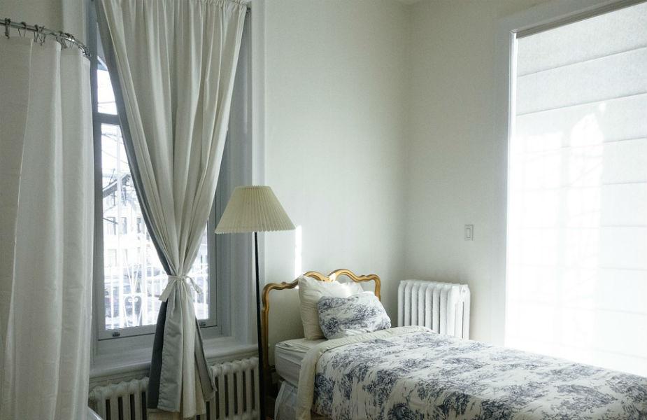 बेडरूममध्ये पाणी, वाहता झरा किंवा पर्वतांचा फोटो लावू नये. यामुळे अनेक समस्या उद्भवू शकतात.