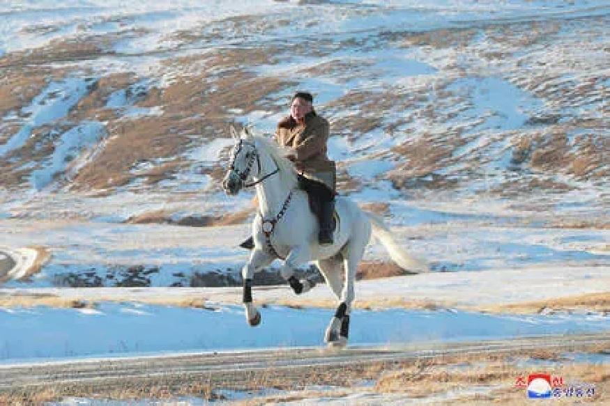 उत्तर कोरियाचे सर्वेसर्वा किम जोंग उन यांचं एक वेगळंच रूप पाहायला मिळालं. बएकदूच्या बर्फाच्छादित टेकड्यांमध्ये घोडेस्वारी करतानाचे त्यांचे फोटो सोशल मीडियावर चर्चेत आहेत.