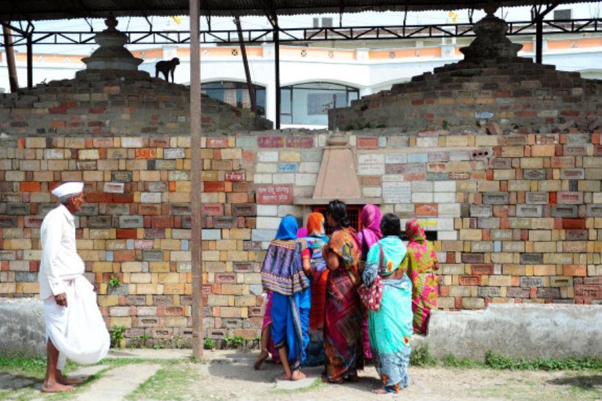 श्रीरामाचं नाव लिहिलेल्या विटा खांबांसाठी वापरल्या आहेत. दगड तासण्याचं काम इथे 29 वर्षांपूर्वीच सुरू झालं होतं.