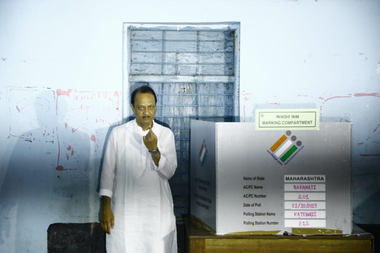 मतदानाला सुरूवात झाल्यानंतर राष्ट्रवादीचे नेते आणि माजी उपमुख्यमंत्री अजित पवार यांनी आपल्या मुळगावी काटेवाडीत मतदान केलं. मतदान केल्यानंतर त्यांनी प्रतिक्रिया व्यक्त करताना बारामतीकरांचे आभार मानले.