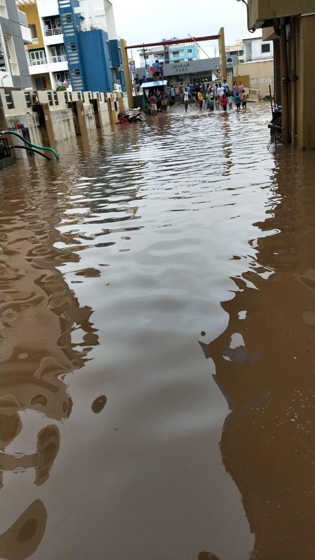 मुसधळार पावसामुळे पुणे पुन्हा पाण्यात, सोसायट्यांमध्ये शिरलं पाणी.
