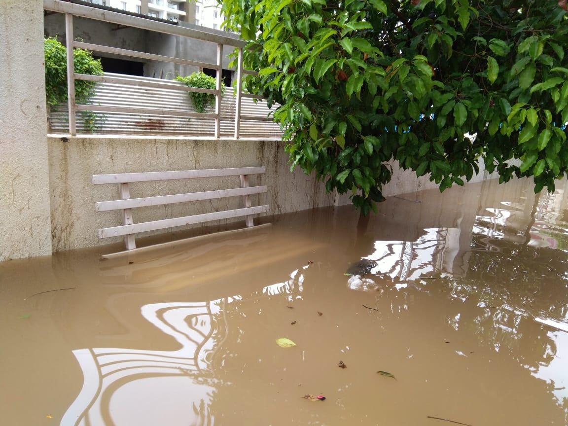 सोमवारी जास्त पाऊस झाल्यामुळे अशी स्थिती ओढवली आहे. दरम्यान संपूर्ण परिस्थीतीची पाहणी पालिका कर्मचाऱ्यांकडून करण्यात आली असल्याची माहिती जिल्हाधिकारी नवलकिशोर राम यांनी दिली आहे.