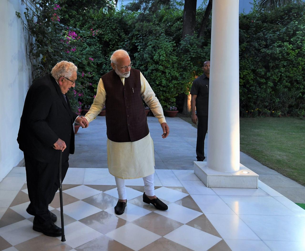 या सर्व मान्यवरांशी बोलताना पंतप्रधानांनी त्यांचं स्वप्न आणि महात्माकांक्षा असलेल्या भारतीय अर्थव्यवस्थेबद्दलही भाष्य केलं. 2024 पर्यंत भारताची अर्थव्यवस्था 5 ट्रिलियन डॉलरपर्यंत नेण्यासाठी सरकार करत असलेल्या उपाययोजनांबद्दलही त्यांनी माहिती दिली.