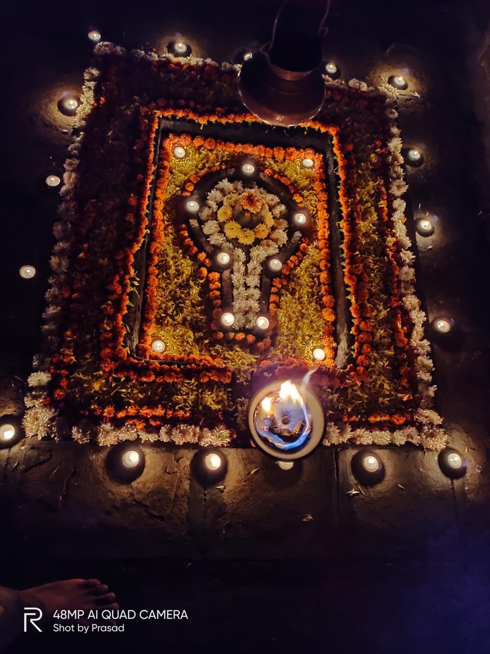 'पहिला दिवा त्या देवाला, ज्यामुळे मंदिरात देव आहेत' या वाक्याला अनुसरून गडझुंजार मावळे प्रतिष्ठान, सरहद परिवार व भटकंती गडदुर्गांची यांच्यातर्फे किल्ले राजगड वर दीपोत्सव आयोजित केला होता. या उपक्रमाचे हे सलग नववे वर्ष होते. (सर्व फोटो- अभिषेक कोंडे)