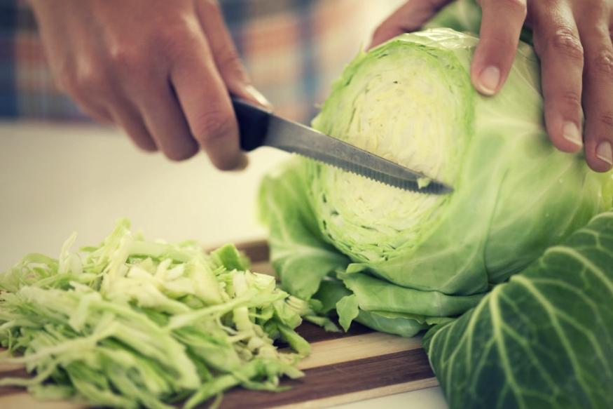 कोबी- ब्रोकोली, कोबी या भाज्या शरीरासाठी कितीही फायदेशीर असल्या तरी त्या अतिरिक्त खाल्ल्यास वजन वाढू शकतं. त्यामुळेच कोबीची भाजी खाणं शक्यतो टाळावं. एवढंच नाही तर कोबीची भाजी जास्त प्रमाणात खाल्ल्याने पोटात गॅसही होतो.
