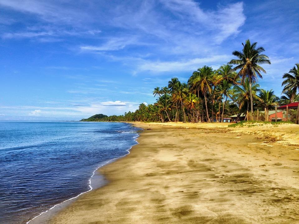 फिजी द्वीपसमूह- वेगवेगळे देश पाहण्याची आवड असणाऱ्यांसाठी याहून चांगला पर्याय असूच शकत नाही. इथे व्हिसाशिवाय भारतीय तब्बल 120 दिवस राहू शकतात. इथे सांस्कृतिक परंपरांना मानणारे लोक राहतात. इथे कोरल रीफ्सही आहेत जे पाहून तुम्ही मंत्रमुग्ध झाला नाहीत तरच नवल.