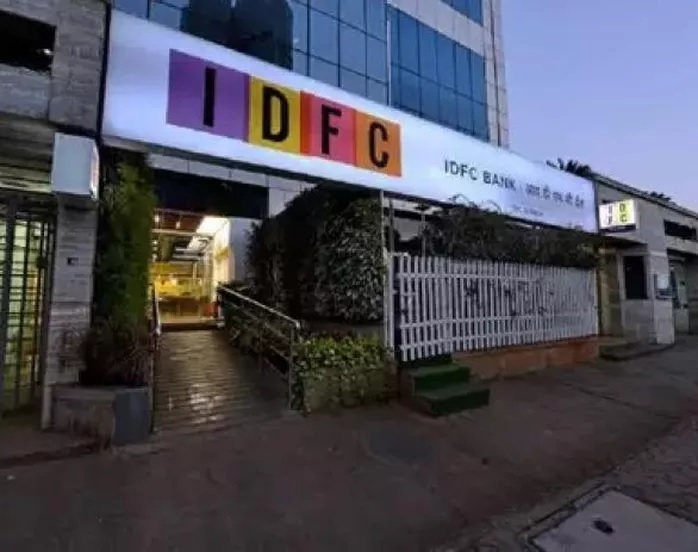 IDFC ही एक प्रसिद्ध बँक आहे. सामांन्यांसाठी ही बँक एफडीवर 8 टक्क्यांनी आणि वरिष्ठ नागरिकांसाठी 9 टक्के दराने व्याज देत आहे. मात्र ही ऑफर एक वर्ष एक दिवस ते दोन वर्षांपर्यंत एफडी केल्यासच मिळेल.