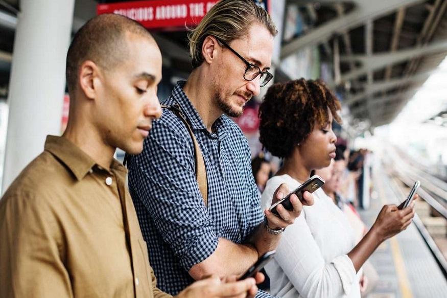स्मार्टफोनमुळे आपल्या जीवनात मोठा बदल झाला आहे. अनेक कामं चुटकीसरशी होत आहेत. पण याच फोनच्या अतिवापराचे परिणामही आपल्यावर होत आहेत.मोबाइल किंवा लॅपटॉपचा चुकीच्या पद्धतीने वापर केल्यानं पाठदुखी आणि मानदुखीचा त्रास वाढतो.