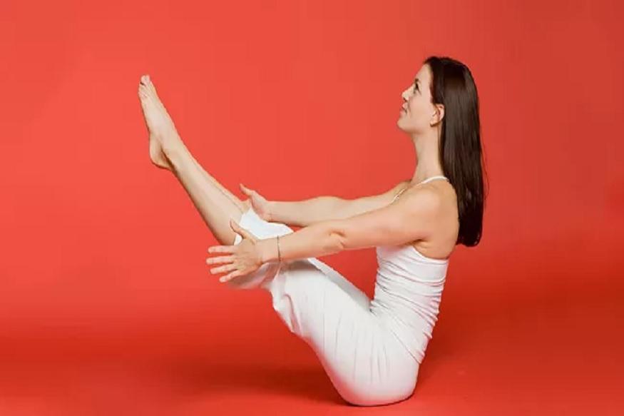 नौकासन- हे आसन करण्यासाठी जमिनीवर सरळ झोपा. यानंतर आपला खांदा आणिडोकं वर उचला. यानंतर पायही सरळ रेषेत उचला. तुमचे हात, पाय आणि खांदे समांतर रेषेत असतील याकडे लक्ष असू द्या. 2 ते 3 वेळा हे आसन करा.