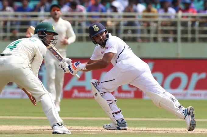 विशाखापट्टणम येथे दक्षिण आफ्रिका विरोधात झालेल्या सामन्यात रोहितनं 154 चेंडूत 6 षटकार आणि 10 चौकारांच्या मदतीनं शतक झळकावले.