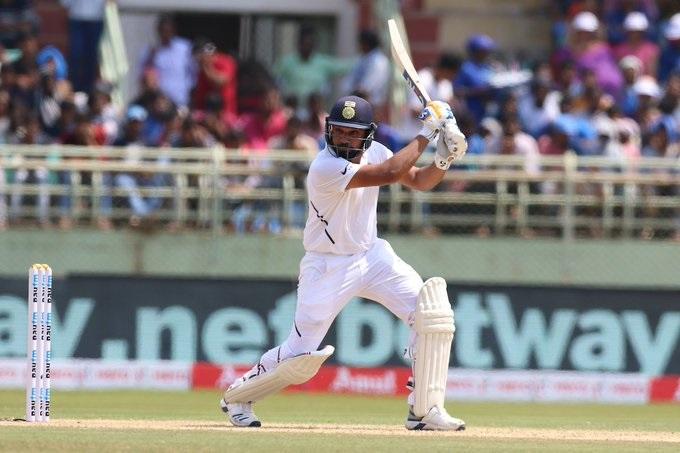 कसोटी क्रिकेटमध्ये सलामीला फलंदाजी करून रोहितनं शतक झळकावताना सर्वात जास्त षटकार लगावले आहेत. याबाबीत रोहितनं शिखर धवन, केएल राहुल आणि विरेंद्र सेहवाग यांना मागे टाकले आहे.
