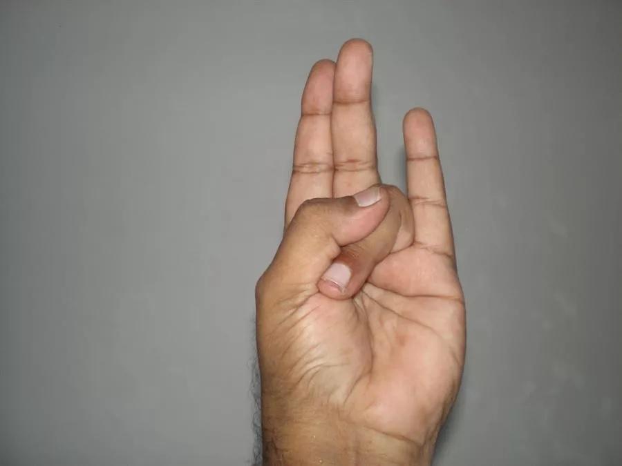 अनामिकेला हाताजवळ दुमडून आंगठ्याने दाबा. उरलेली तीन बोटं सरळ ठेवा. याला सूर्य मुद्रा असं म्हणतात. या मुद्रेत दररोज 5 ते 15 मिनिटं बसा. यामुळे कोलेस्ट्रॉल कमी होतं.