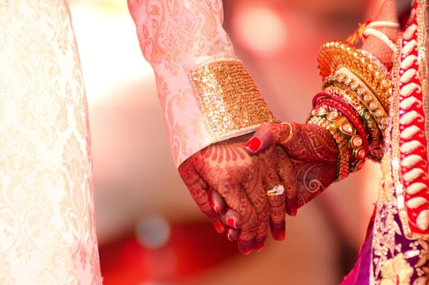 छोट्या छोट्या कारणांसाठी तुम्ही शपथ घेत असाल, तर ही सवय बदला. यामुळे तुमच्या वैवाहिक अनेक अडचणी येतील.