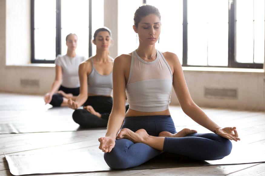अशा स्थितीत योग या चांगल्या पर्यायाचा तुम्ही विचार करू शकता. अशी काही योगासनं आहेत ज्याच्या नियमित सरावाने तुम्ही पोटाची आणि शरीरातील अतिरिक्त चरबी कमी करू शकता.