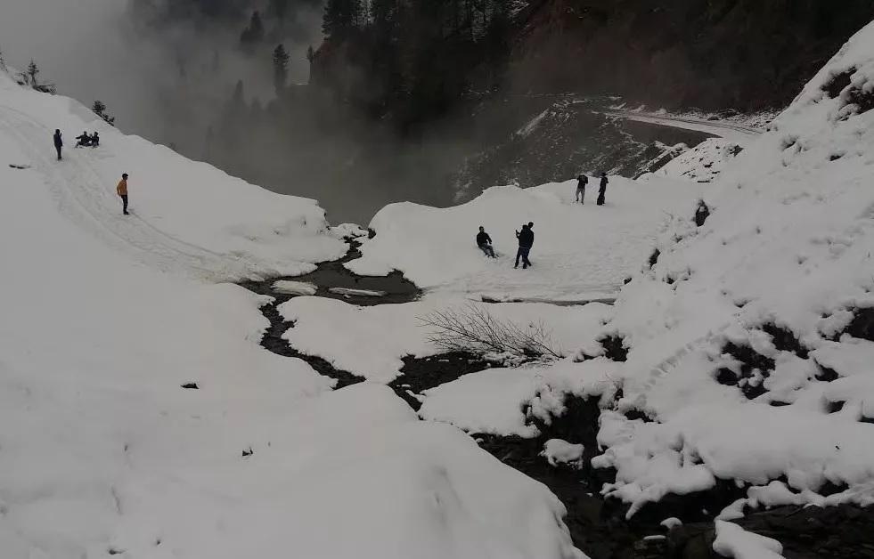 काश्मीरमध्ये 370वं कलम काढल्यानंतर सध्या थोडा तणाव आहे. पर्यटकांचं प्रमाणही रोडावलं पण ही तात्पुरती स्थिती असून पर्यटक लवकरच पुन्हा काश्मिरात येतील असा विश्वास इथल्या अधिकाऱ्यांनी व्यक्त केलाय.