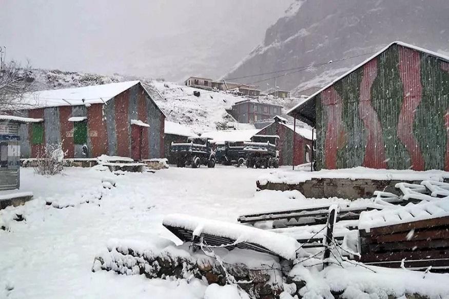 हिमाचल प्रदेशतल्या कुल्ली जिल्ह्यातही गुरुवार सकाळी हिमवर्षाव झाला. सोलांगमध्येही उत्तम हिमवर्षाव झाला असून पर्यटकांनी आनंद व्यक्त केलाय.