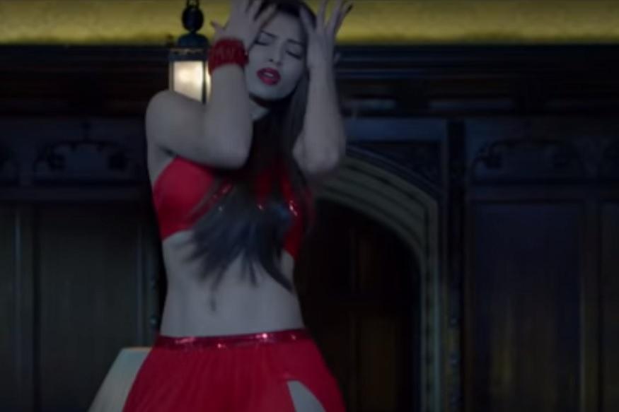 'बीमार दिल' हे गाणं चालबाज या जुन्या चित्रपटातलं आहे. यात श्रीदेवी आणि सनी देओल डान्स करताना दिसत आहेत. पागलपंतीमध्ये त्या गाण्याचा रिमेक बनविण्यात आला आहे.