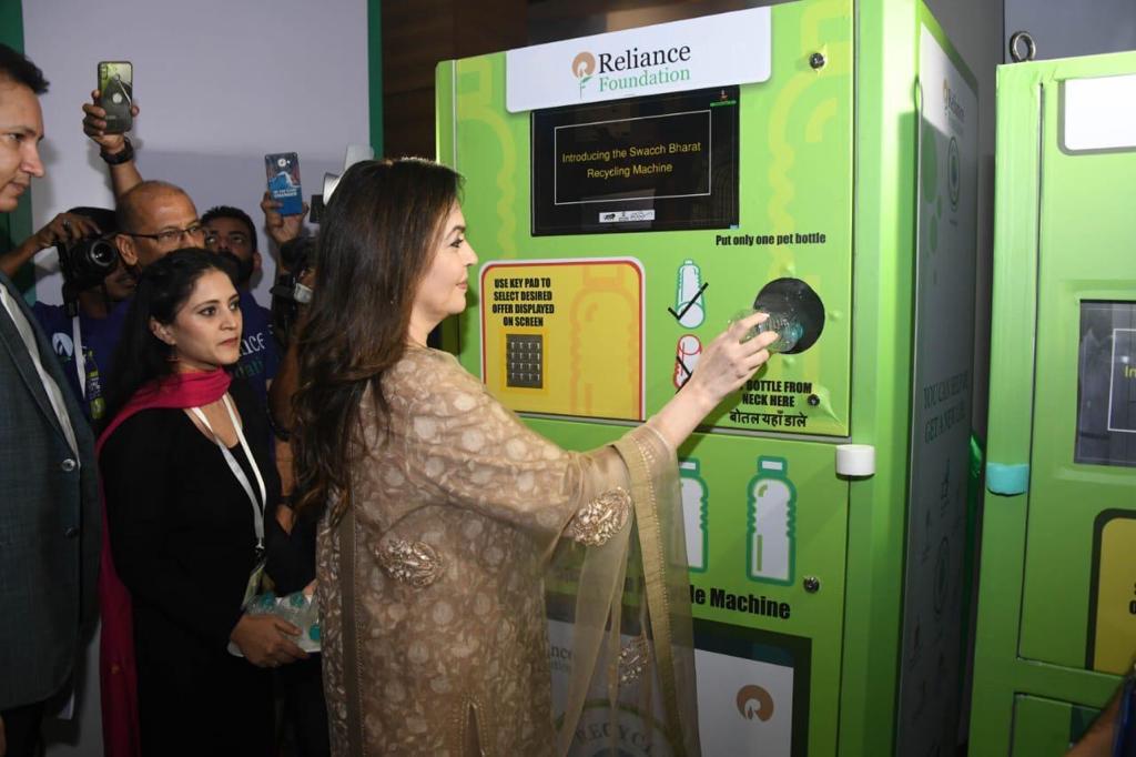 रिलायन्स फाऊंडेशननं पीईटी बाटल्या गोळा करण्याच्या मोहिम हाती घेतली असून हा स्वच्छता ही सेवा या राष्ट्रीय मोहिमेचा भाग आहे
