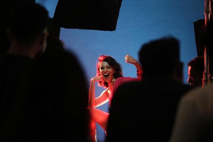 मुंबई: बॉलिवूडची अभिनेत्री (Bollywood Actress) अनुष्का शर्मा (Anushka Sharma) सोशल मीडिया कायम सक्रिय असते. नुकतच तिने VOGUEसाठी एक फोटोशूट केलंय. (सर्व फोटो- सौजन्य Instagram)