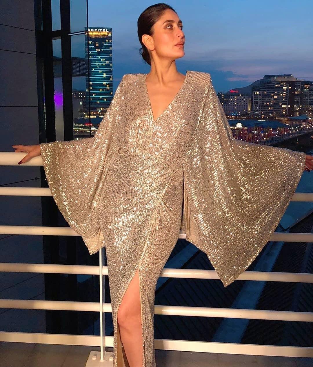 एका इव्हेंट लुकसाठी अभिनेत्री करिना कपूरनं हा ड्रेस घातला होता. करिनाचे हे फोटो सोशल मीडियावर खूप व्हायरल झाला होता.