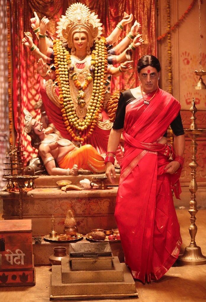कियारा अडवाणी आणि अक्षय कुमारची मुख्य भूमिका असलेला 'लक्ष्मी बॉम्ब' हा सिनेमा पुढच्या वर्षी ईदच्या मुहूर्तावर रिलीज होणार असल्याचं बोललं जात आहे. या सिनेमाचं दिग्दर्शन राघव लॉरेन्स करत आहे. या सिनेमाचं बजेच 150 कोटी आहे.