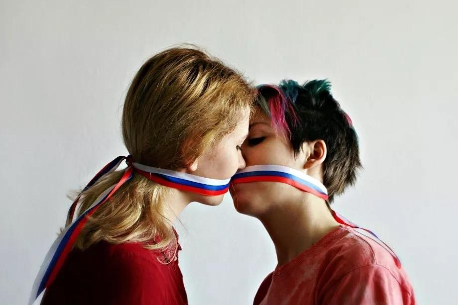 डेस्टिनेशन वेडिंगचं (Destination Wedding) हब असलेलं राजस्थान गेल्या काही दिवसांपासून एका वेगळ्याचं शाही लग्नामुळे चर्चेत आहे. हे लग्न समलैंगिक  (Same-Sex Marriage) असून दोन मैत्रिणींनी आपल्या जीवनाची लग्नगाठ  कायमसाठी बांधली. दक्षिण भारतीय मुलगी आणि तिच्या फ्रान्सच्या मैत्रिणीचं हे शाही लग्न तब्बल 5 दिवस चाललं. या लग्नासाठी देश विदेशातून अनेक गणमान्य लोक आले होते. मात्र या लग्नाविषयी माहिती अतिशय गुप्त ठेवण्यात आली होती.(Photo-प्रतिकात्मक)