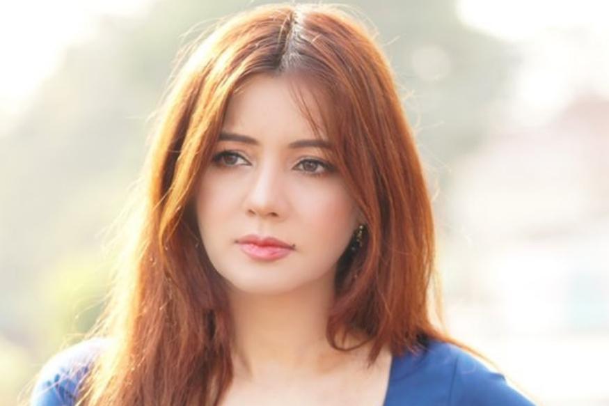 रबी ही पाकिस्तानची पॉप सिंगर असून तिची अनेक गाणी पाकिस्तानात तरुणांमध्ये लोकप्रिय आहेत. काही दिवसांपूर्वी अजगरासोबत तिच्या गाण्याचा एक व्हिडीओही व्हायरल झाला होता. तर केवळ फक्त प्रसिद्धी मिळविण्यासाठी रबी असे स्टंट करते असाही आरोप केला जातोय.