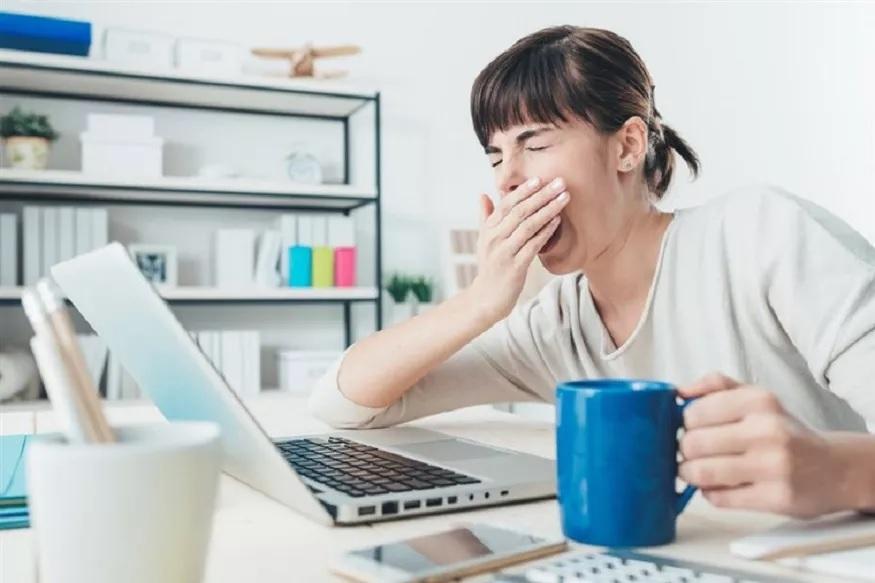 निरोगी आयुष्यासाठी सगळ्यात महत्त्वाचं आहे ते पुरेशी झोप घेणं. मात्र याकडे दुर्लक्ष केलं जातं त्यामुळे अनेक प्रश्न निर्माण होतात.
