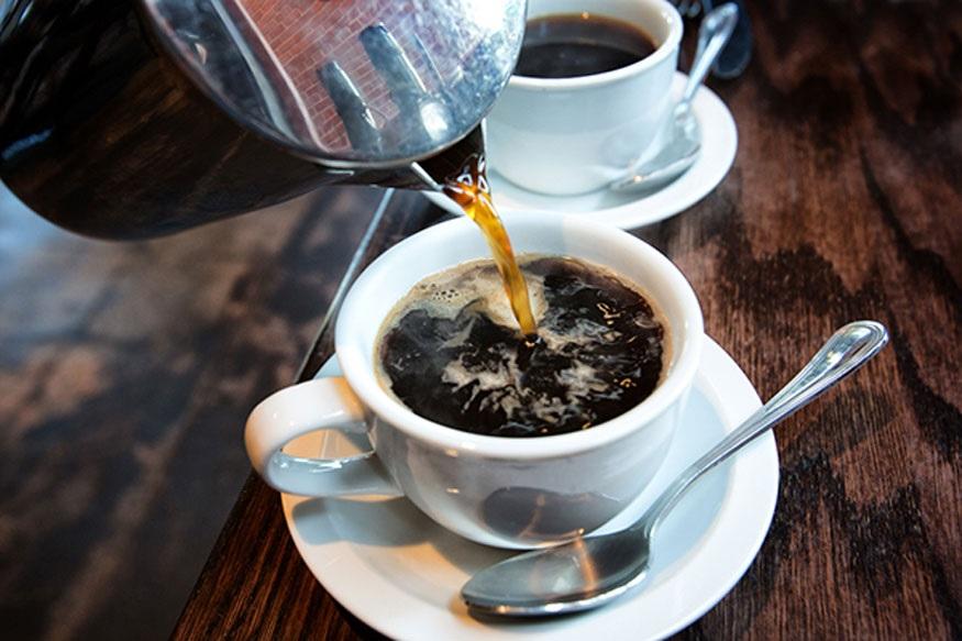झोपण्याआधी चहा किंवा कॉफीही घेऊ नये त्यामुळे झोपमोड होते.