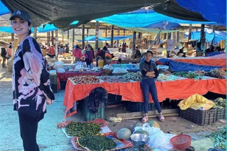 भूटानमधील एका भाजी मार्केटमधील फोटो अनुष्काने शेअर केला आहे. अनुष्काने भूटानमधील तिच्या लहानपणीच्या आठवणी शेअर केल्या.