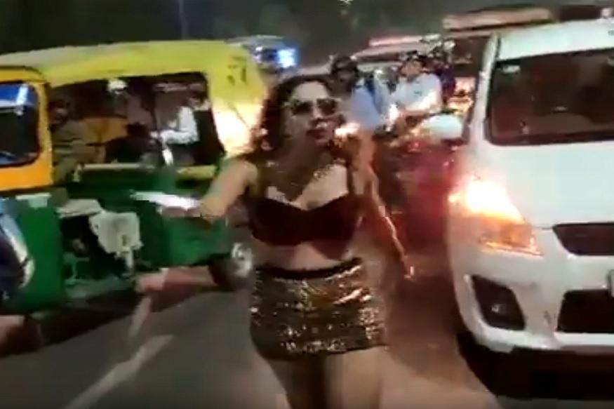 जास्तच गर्दी झाल्याने आणि लोकांनी आरडा ओरडा करायला सुरुवात केल्याने शेवटी ती तरुणी गाडी घेऊन पुढे निघाली. पोलिसांनी तिच्यावर गुन्हा दाखल केलाय.
