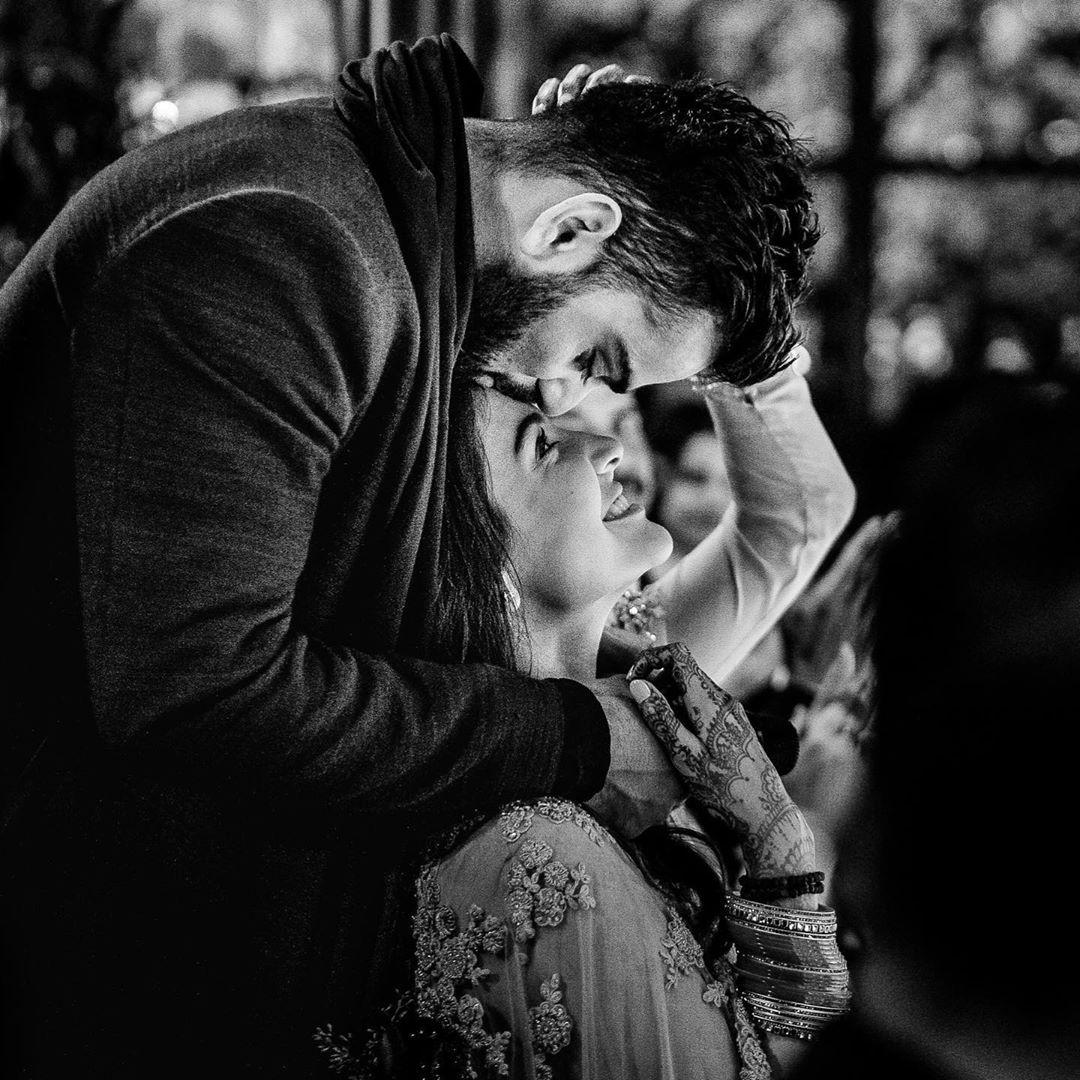 याशिवाय विराट कोहलीनंही त्याच्या इन्स्टाग्रामवर एक फोटो शेअर केला असून त्यानं लिहिल, प्रेम हे फक्त प्रेम नसतं तर ते त्याहून बरंच काही असतं आणि जेव्हा देव तुमच्या आयुष्यात अशी व्यक्ती देतो जी तुम्हाला त्याची वारंवार जाणीव करुन देते. त्यावेळी तुमच्या मनात ही एकच भावना असते.