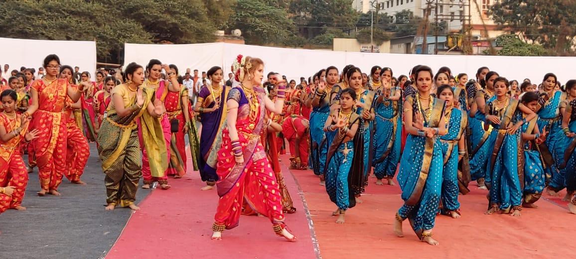 लावणीच्या नृत्यात एकाच वेळी 5 हजार मुलींनी सहभाग घेतल्याने याचा  वर्ल्ड  रेकॉर्ड झाला.