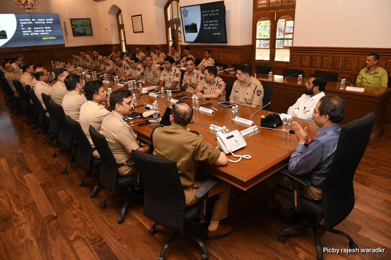 या बैठकीत त्यांनी मुंबईतच्या सुरक्षा व्यवस्थेचा आढावा घेतला आणि पोलिसांना काही सूचनाही केल्या.