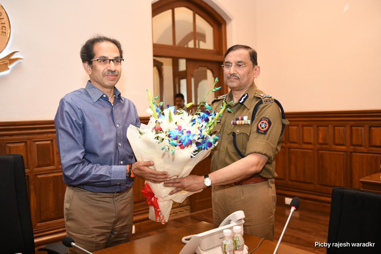 पोलिसांनीही मुख्यमंत्री आणि गृहमंत्र्यांसोर मुंबईच्या सुरक्षेसाठी करण्यात येत असलेल्या उपाययोजनांची माहिती दिली.