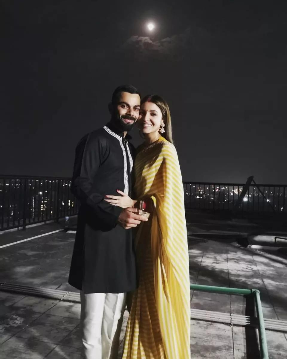 विराट-अनुष्कानं लग्नाच्या दुसऱ्या वाढदिवसाच्या निमित्तानं काही अनसीन फोटो त्यांच्या सोशल मीडिया अकाउंटवर शेअर केले आहेत.