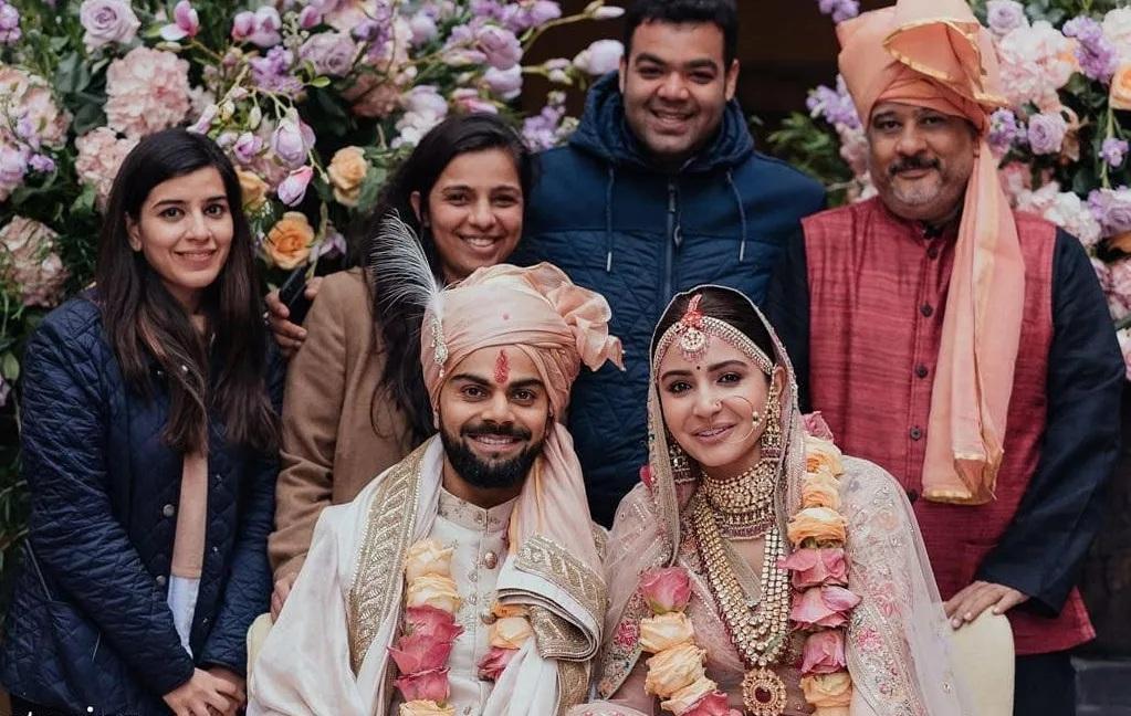 विराट-अनुष्काचं लग्न अत्यंत खासगी स्वरुपाचं होतं. त्यामुळे त्यावेळी त्यांच्या लग्नाचे काही मोजकेच फोटो समोर आले होते. जे सोशल मीडियावर खूप व्हायरलही झाले होते.