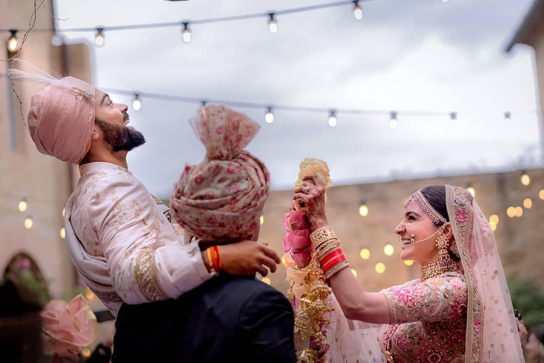 बॉलिवूड अभिनेत्री अनुष्का शर्मा आणि भारतीय क्रिकेट टीमचा कर्णधार विराट कोहली आज लग्नाचा दुसरा वाढदिवस साजरा करत आहेत. 11 डिसेंबर 2017ला या दोघांनी इटलीमध्ये लग्नगाठ बांधली होती.