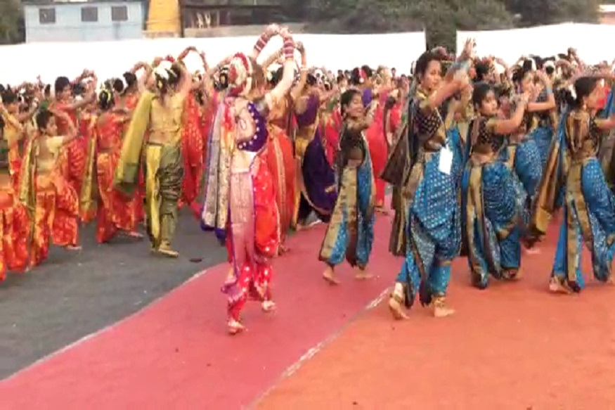 या लावणीच्या कार्यक्रमात तब्बल 5 हजार नृत्यांगणांनी सहभाग नोंदवत ढोलकीच्या तालावर आपली कला सादर केली.