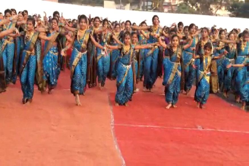 विश्वविक्रममध्ये महाराष्ट्रातल्या 60 लावणी साम्राज्ञींना नृत्यरत्न व युवारत्न पुरस्कार देऊन सन्मानित करण्यात आलं.
