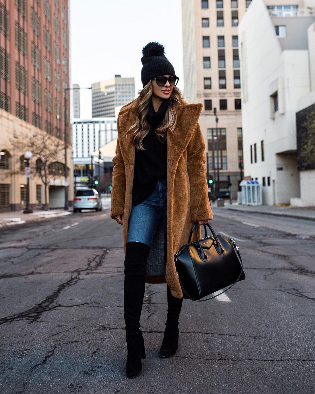 लॉन्ग कोट- हिवाळ्यात लॉन्ग कोटची फॅशन कधीच जुनी होत नाही. तसेच हे कोट जीन्स पासून ते साडीपर्यंत सर्वांवर सूट होतात आणि तुम्हाला स्टायलिश लुकही देतात.