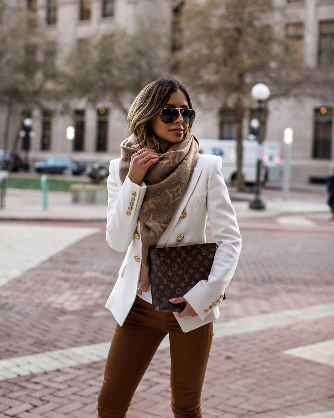 स्कार्फ- थंडीच्या दिवसात तुमचे जुने स्कार्फ तुम्हाला वापरता येतील. एकच स्कार्फ वेगवेगळ्या स्टाइलनं बांधून तुम्ही हिवाळ्यातही फॅशनेबल दिसू शकता.
