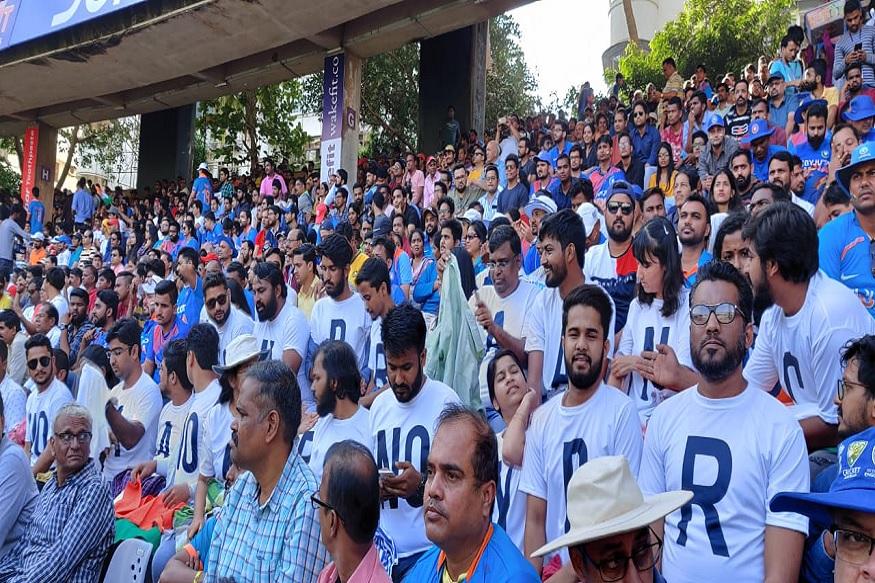 मुंबईच्या वानखेडे स्टेडियममध्ये टीम इंडिया आज ऑस्ट्रेलियाविरुद्ध मैदानात उतरली आहे. ऑस्ट्रेलियाने त्यांचा मजबूत असा संघ भारताविरुद्ध सज्ज केला आहे.