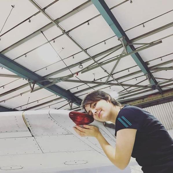 मिशेलने टेगल या युवतीने मार्च 2014मध्ये टेगल विमानतळावर हे बोईंग विमान सर्वप्रथम पाहिले. तेव्हापासून ती त्याच्यावर प्रेम करत होती आणि आता तिने ही लग्नाची योजना आखली आहे.