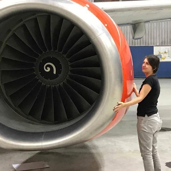 जर्मनीची राजधानी असलेल्या बर्लिनमध्ये (Berlin) एक 30 वर्षीय मुलगी चक्क एका विमानाच्या प्रेमात पडली आहे. एवढेच नाही तर ही तरुणी गेली 6 वर्ष या विमानासोबत रिलेशनशिपमध्ये आहे.