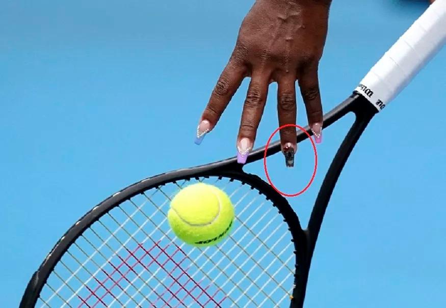 ऑस्ट्रेलिया ओपनमध्ये खेळताना सेरेनाने तिच्या प्रत्येक बोटाच्या नखांवर वेगवेगळ्या रंगाने रंगवलं आहे. यातील एका नखावर कोयला रंगवला आहे.
